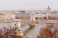 Härlig sikt av höstmorgonen Budapest en härlig stad med Chainbridge och överflöd av lättheter Arkivfoto
