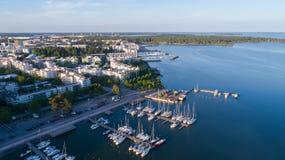 Härlig sikt av hamnen och fartyg Helsingfors stad på solnedgången Solig varm morgon i en by, Ryssland, Sartakovo royaltyfri fotografi
