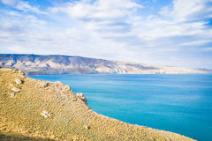 Härlig sikt av havet, berg, himmel Arkivfoton