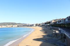 Härlig sikt av havsstrand- och stadsområde Royaltyfria Foton