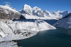 Härlig sikt av Himalayasangen Gokyo från Gokyo Ri fotografering för bildbyråer