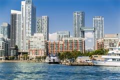 Härlig sikt av i stadens centrum Toronto strand med modern trevlig byggnadsarkitektur nära Laket Ontario Fotografering för Bildbyråer