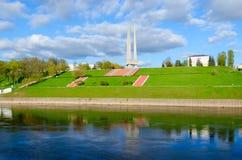 Härlig sikt av invallningen av bajonetter för Zapadnaya Dvina flod- och minnesmärkekomplex tre, Vitebsk, Vitryssland Arkivfoton