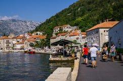 Härlig sikt av invallningen av Perast, på kusten av den Kotor fjärden i Montenegro September 22, 2018 royaltyfri fotografi