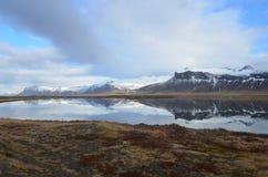 Härlig sikt av isländska Mountans som reflekterar i vatten royaltyfria foton