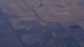 Härlig sikt av jorden från flygplanfönstret under flyget stock video