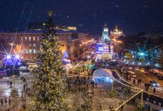 Härlig sikt av jul på Sophia Square i Kyiv, Ukraina Huvudsakligt träd och helgon Sophia Cathedral för nytt år för Kyiv ` s på bac Arkivbilder