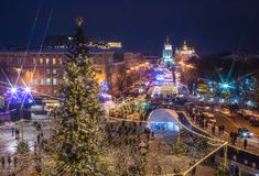 Härlig sikt av jul på Sophia Square i Kyiv, Ukraina Huvudsakligt träd och helgon Sophia Cathedral för nytt år för Kyiv ` s på bac arkivfoton