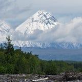 Härlig sikt av Kamen Volcano 10 17th 20 2009 4000 ovanför för dagutsläpp för aska august härligt koniskt betraktat utbrott fördju Royaltyfria Bilder