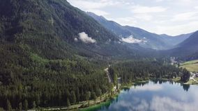 Härlig sikt av Konigsee sjön nära den Jenner monteringen i den Berchtesgaden nationalparken, övrebayerska fjällängar, Tyskland stock video