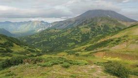 Härlig sikt av kullarna i den områdesVilyuchinsky vulkan stock video