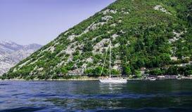 Härlig sikt av kusterna av den Kotor fjärden i Montenegro Ett nöjefartyg för turister September 22, 2018 royaltyfri foto