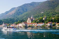 Härlig sikt av kusterna av den Kotor fjärden i Montenegro Ett nöjefartyg för turister September 22, 2018 royaltyfri bild