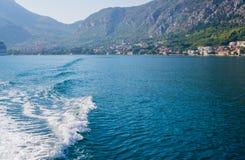 Härlig sikt av kusterna av den Kotor fjärden i Montenegro September 22, 2018 arkivfoto