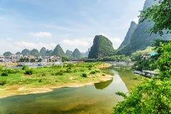 Härlig sikt av Li River och den Yangshuo staden, Kina arkivfoton