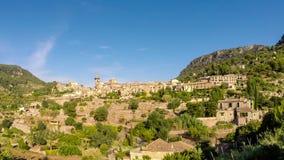 Härlig sikt av lilla staden Valldemossa som placeras i pittoreska berg på Mallorca, Spanien lager videofilmer