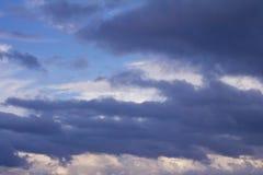 Härlig sikt av molnig himmel för solnedgång Arkivbild