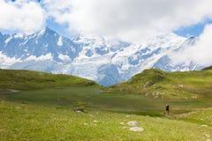 Härlig sikt av Montet Blanc i de franska fjällängarna Arkivbild