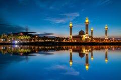 Härlig sikt av moskén vid lakesiden med full reflexion Royaltyfria Bilder