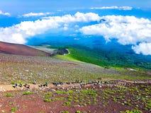 Härlig sikt av Mt Fuji med blå molnhimmel arkivbilder