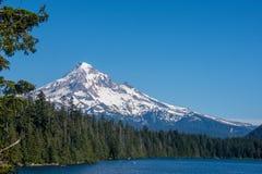 Härlig sikt av Mt Huv från den borttappade sjön Oregon på en solig dag royaltyfria foton