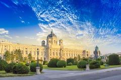 Härlig sikt av museet av Art History och bronsmonumentet av kejsarinnan Maria Theresa i Wien, Österrike royaltyfria bilder