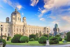 Härlig sikt av museet av Art History och bronsmonumentet av kejsarinnan Maria Theresa i Wien, Österrike arkivfoton