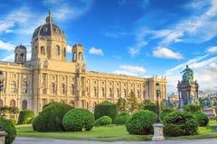 Härlig sikt av museet av Art History och bronsmonumentet av kejsarinnan Maria Theresa i Wien, Österrike royaltyfri bild