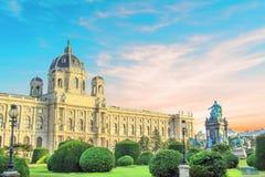 Härlig sikt av museet av Art History och bronsmonumentet av kejsarinnan Maria Theresa i Wien, Österrike arkivbilder