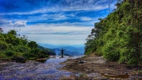 Härlig sikt av naturen i kant av vattenfallet arkivbilder