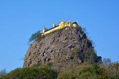 Härlig sikt av Popa Mountain med det buddistiska komplexet, Myanmar Arkivfoto