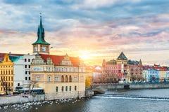 Härlig sikt av Prague på soluppgång Arkivfoto