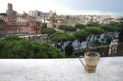 Härlig sikt av Rome och koppen med kafélatte Arkivfoton
