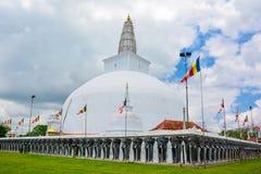 Härlig sikt av Ruwanwelisayaen i Anuradhapura, Sri Lanka Arkivbild