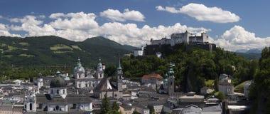 Härlig sikt av Salzburg med Festung Hohensalzburg Royaltyfri Fotografi
