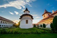Härlig sikt av Sambata de Sus Kloster, Rumänien Royaltyfria Bilder