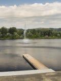Härlig sikt av Silver Lake med den träpir och springbrunnen Royaltyfri Bild