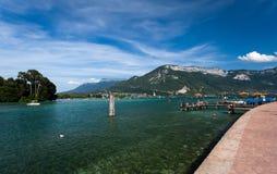 Härlig sikt av sjön Annecy i franska fjällängar, på en sommardag Arkivbild