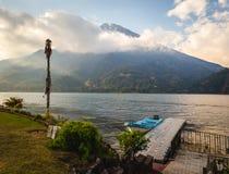 Härlig sikt av sjön Atitlan, Guatemala Arkivfoton