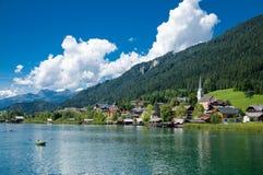 Härlig sikt av sjön och staden av Weissensee, Österrike arkivbilder