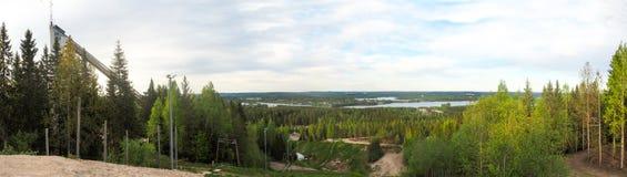 Härlig sikt av Ski Jump Matti Nykäsen Mäki i sommar arkivfoto