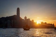 Härlig sikt av skyskrapor i centrum av Hong Kong på solnedgången arkivfoton