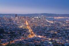 Härlig sikt av solnedgången i San Francisco från tvilling- maxima och LG Arkivfoton
