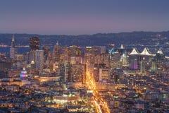 Härlig sikt av solnedgången i San Francisco från tvilling- maxima och LG Arkivbilder