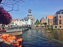 Härlig sikt av staden av Leiden, Nederländerna Arkivbilder