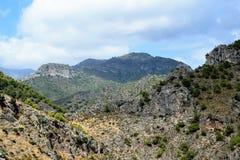 Härlig sikt av toppiga bergskedjan Almijara från Frigiliana - spansk vit by Andalusia Royaltyfri Fotografi