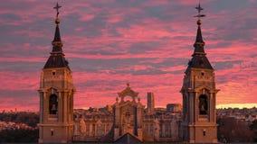 Härlig sikt av tornen av domkyrkan av Almudena i Madrid spain lager videofilmer