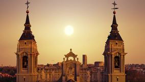 Härlig sikt av tornen av domkyrkan av Almudena i Madrid spain arkivfilmer