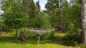 Härlig sikt av trädgården av det privata huset Ursnygg grön natur på sommardag sweden stock video