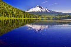 Härlig sikt av Trillium sjön Arkivbilder